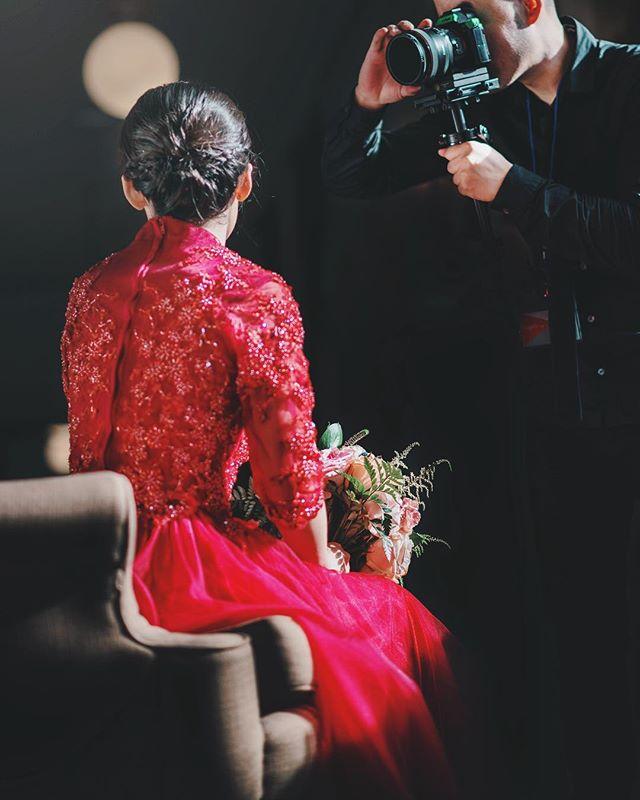 Highlights of Chinese and American culture, keep the attire reflect💃 . . . #realbride #ladymarry #outdoorwedding #2018bride #californiawedding #bridalportraits #weddingportraits #uniquewedding #dopeweddding #2018weddings #californiaweddingvenue #losangeleswedding #bayareawedding #luxurywedding #weddingdiy #exquisitewedding #chineseqipao #ladymarryweddings #qipaodress #dolcehayesmansion #dolcehayesmansionwedding
