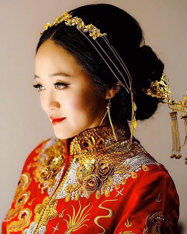 Traditional Chinese bride makeup and style: gold hair ornament and red lips💋💋 ⠀⠀ Gold and red is always the color scheme in Chinese culture weddings. . . . #chinesebridalmakeup #asianbeauty #realbride #2018bride #californiawedding #bridalportraits #weddingportraits #uniquewedding #dopeweddding #2018weddings #californiaweddingvenue #losangeleswedding #bayareawedding #luxurywedding #weddingdiy #exquisitewedding #ladymarryweddings  #darlingmovement #weddingseason #theknot #loveintentionally #featuremeoncewed #loveauthentic #intimatewedding