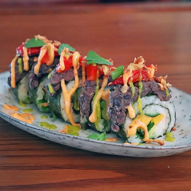 Mexican inspired sushi, with red pepper, cucumber, mango, coriander and avocado topped with black bean purée, grilled bell pepper and crispy fried onion then drizzled in chili mayo and mango coriander sauce 🍣 🌱 🤤 . . . #vegan #food #sushi #dinner #foodporn #vegansushi #plantbased #sushirolls #yummy #veganmatur #dailyvegan #whatveganseat