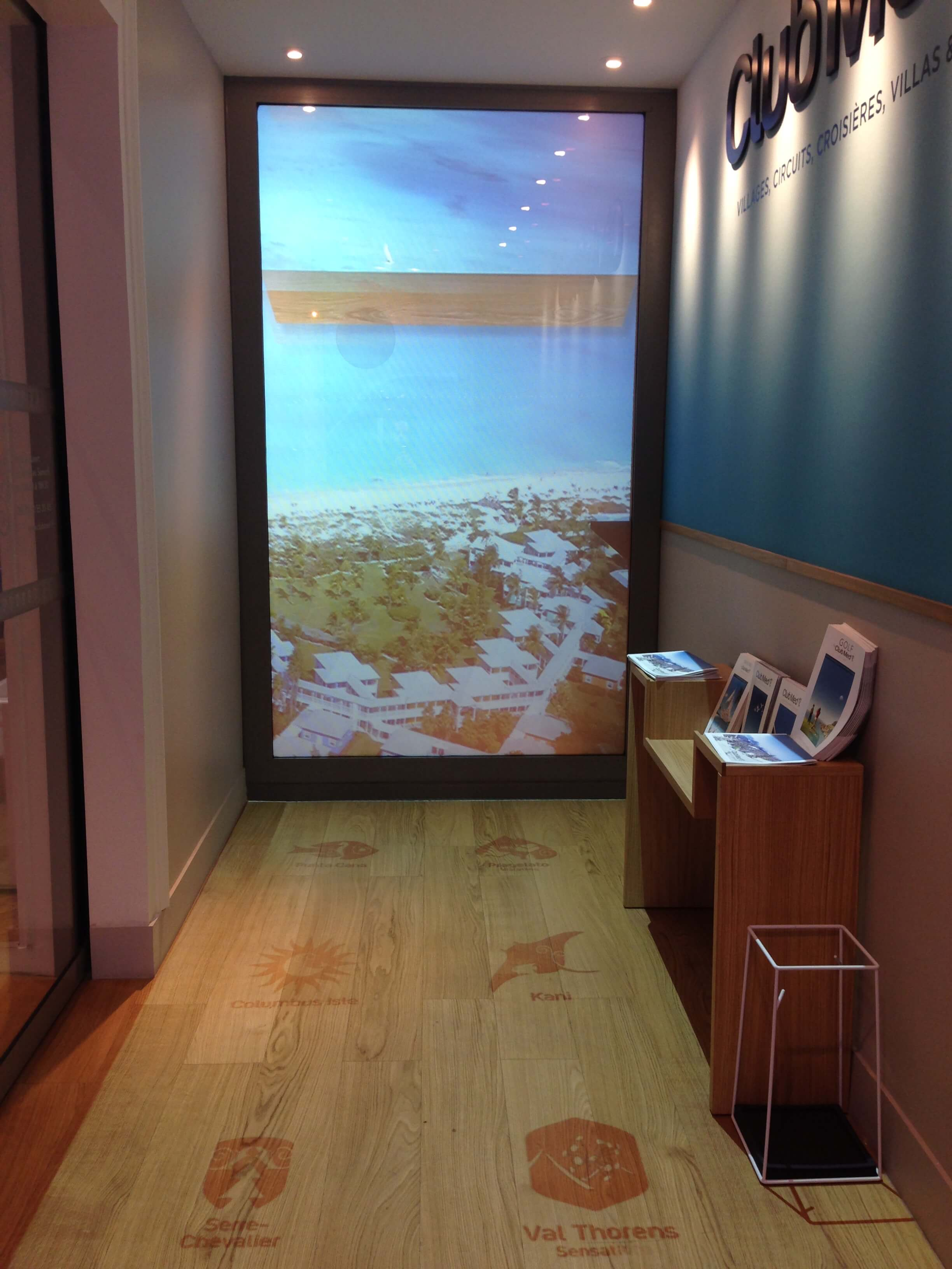 switchable-smart-glass-rear-projection-screen-museums-2.jpg