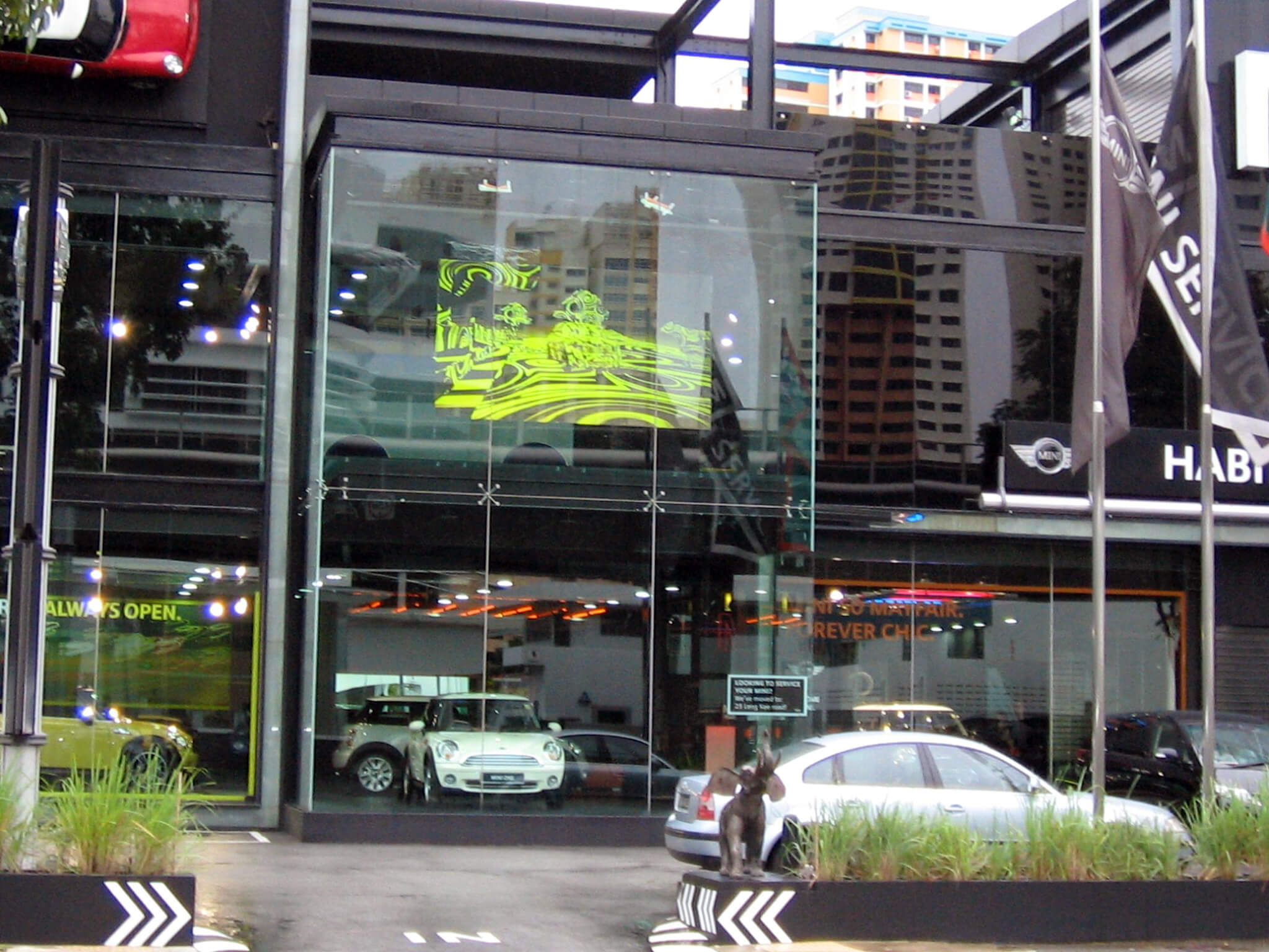 sun-readble-rear-projection-car-showrooms.jpg