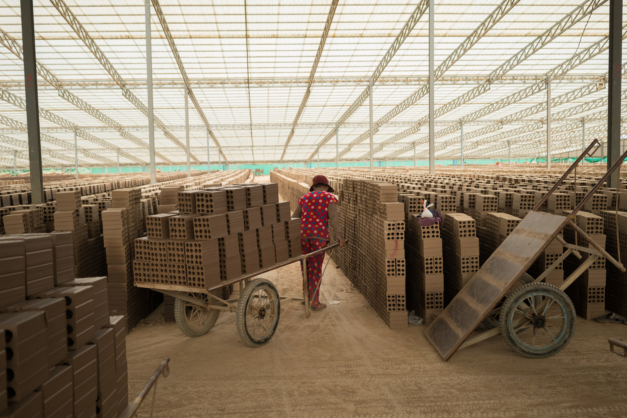 Carting bricks in a Cambodian brick kiln (Thomas Cristofoletti/Ruom. Copyright©2018 Royal Holloway, University of London)
