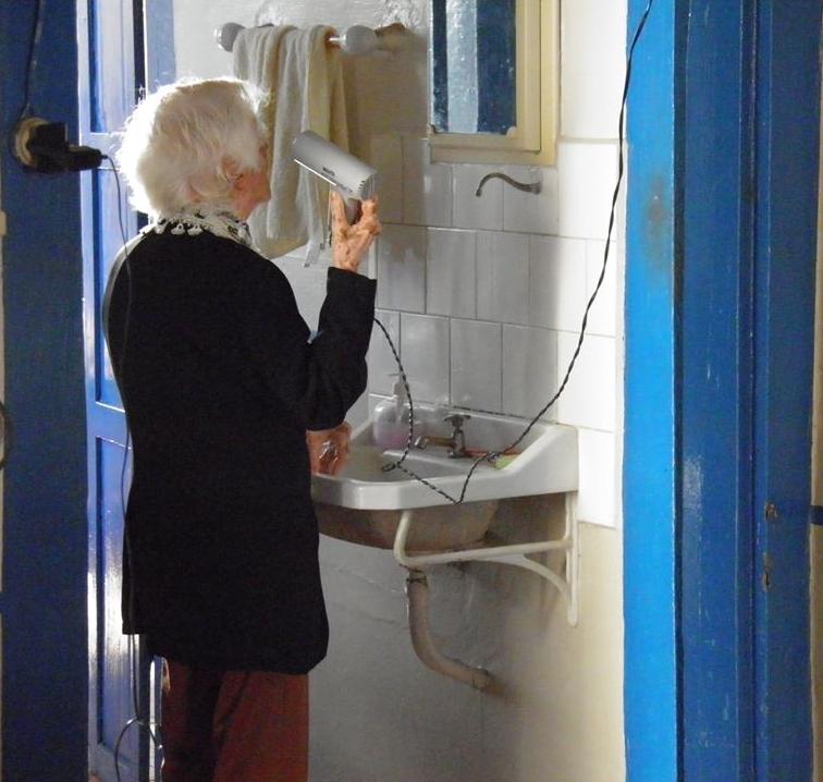 Minha avó Íris, arrumando o cabelo, sempre vaidosa. Viveu 94 anos.