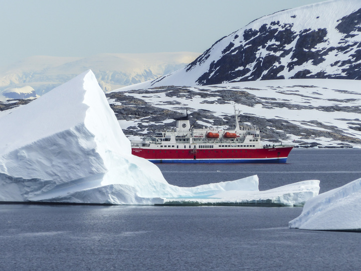 antarctica_iceberg_mountain_ms_expedition_ship_landscape-david_fletcher_2015-p1040347_lg_rgb_720.jpg