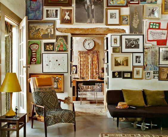 This is the kind of interior millennials love: dark wood, vintage furniture, Gold Frames.