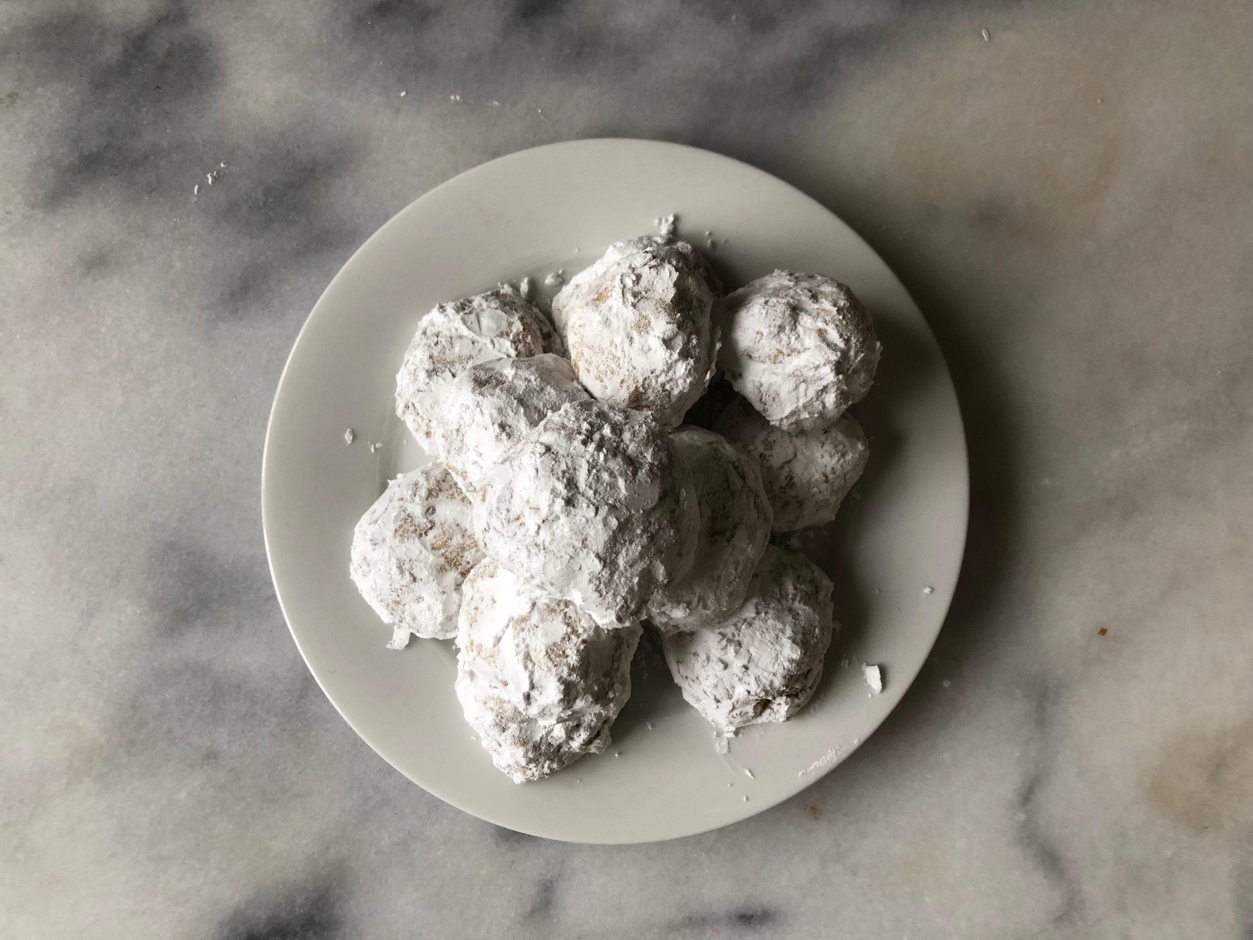 Snowball Cookies | @beesandbubbles