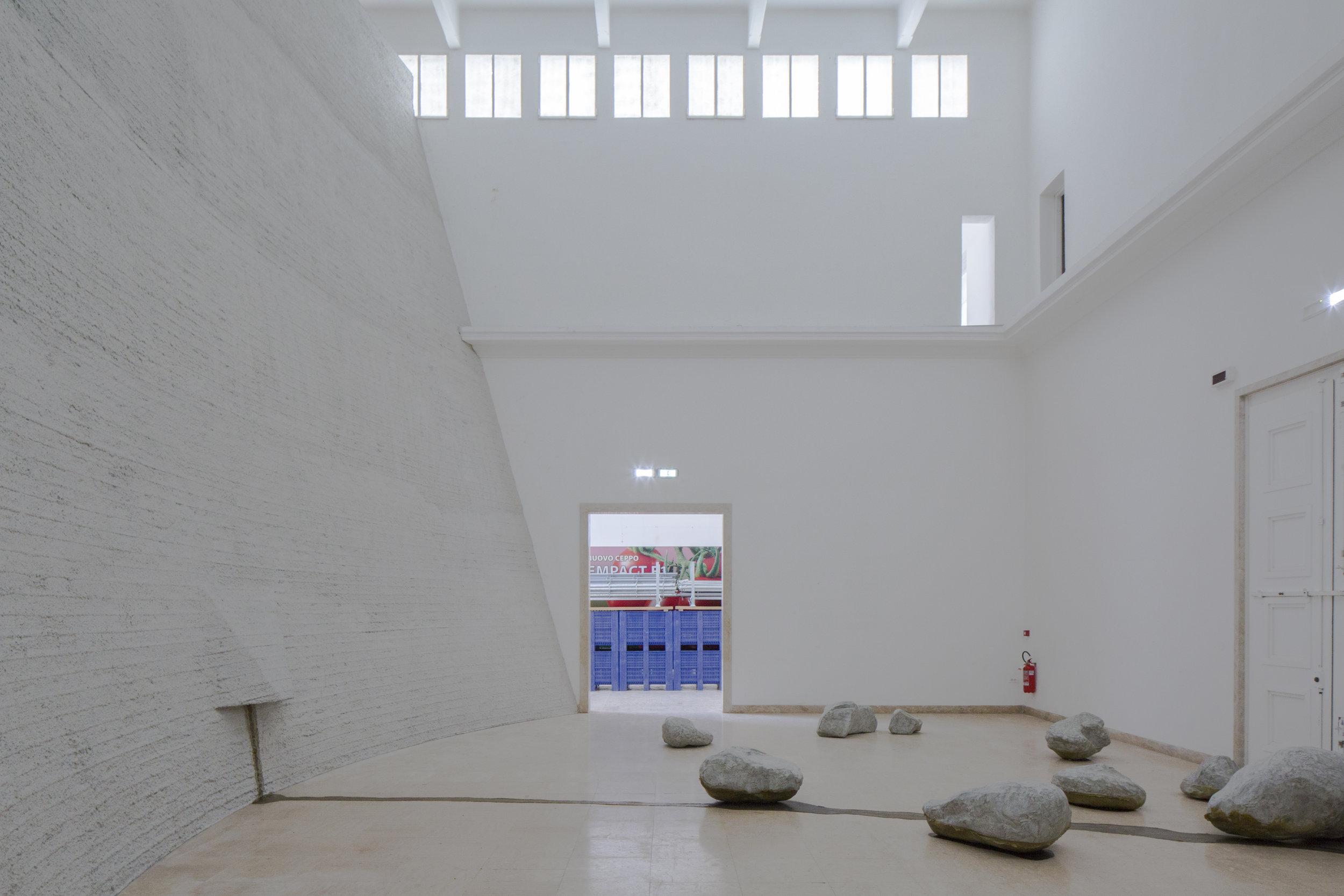 """""""Ankerzentrum"""", exhibition view. Natascha Süder Happelmann (2019). Photo by Jasper Kettner."""