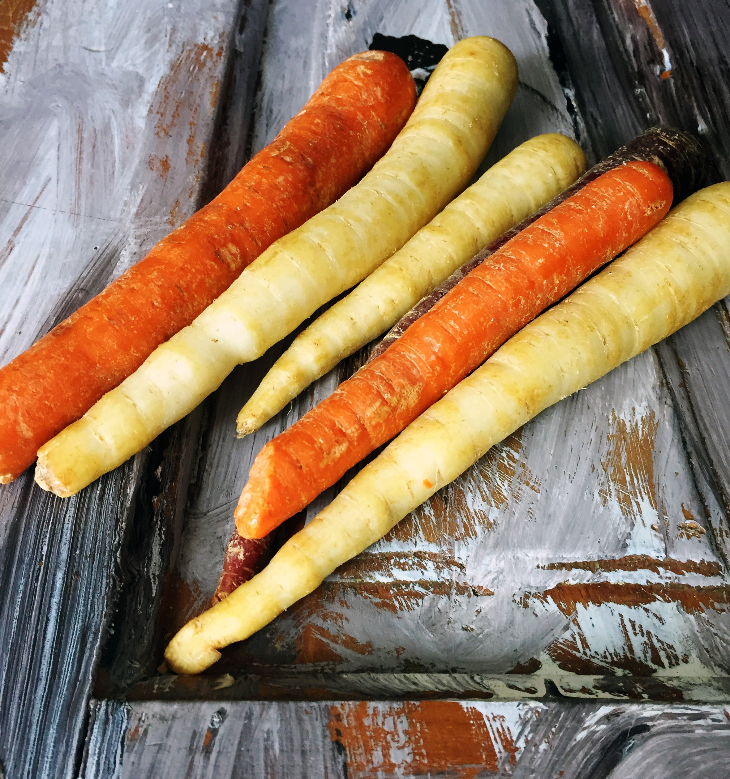 1. Take medium carrots, chop them into 1/3 pieces, and place into boiling water. Boil for 8-10 minutes until soft enough for a knife to pierce through the carrot.