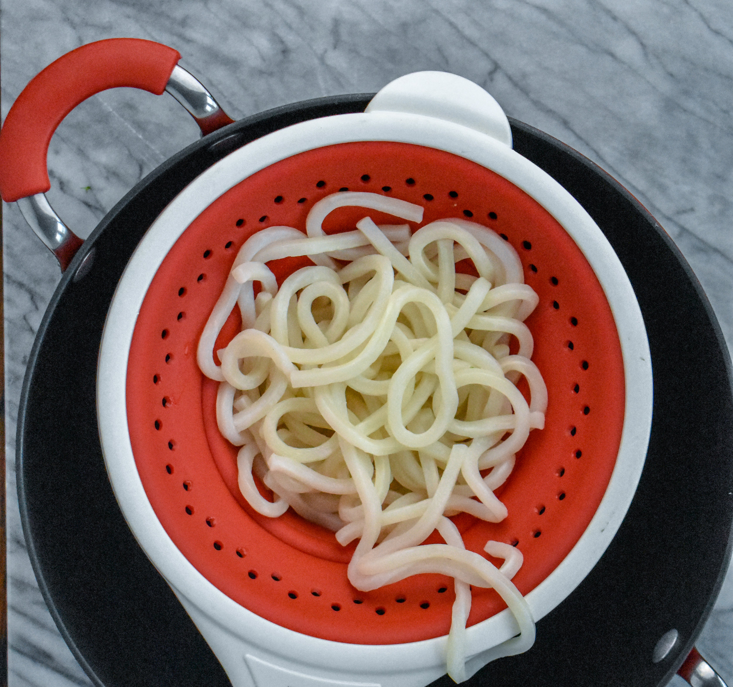 2. Once water is boiling, sdd frozen udon noodles to the boiling water. Turn off heat and let it sit for 2-3 minutes. Strain and set aside.