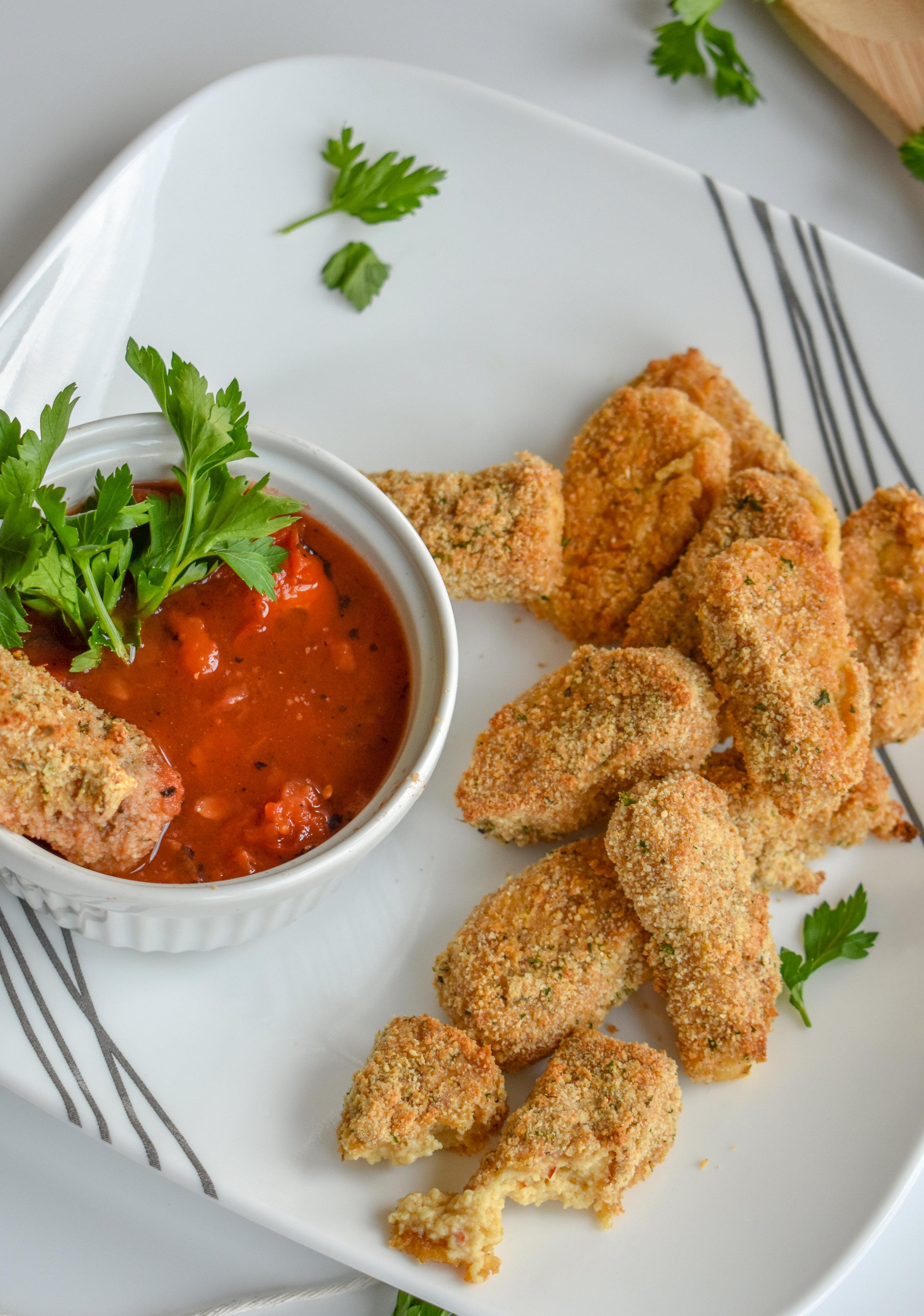10. Serve the mozzarella sticks with a tomato sauce for dipping. Yum!