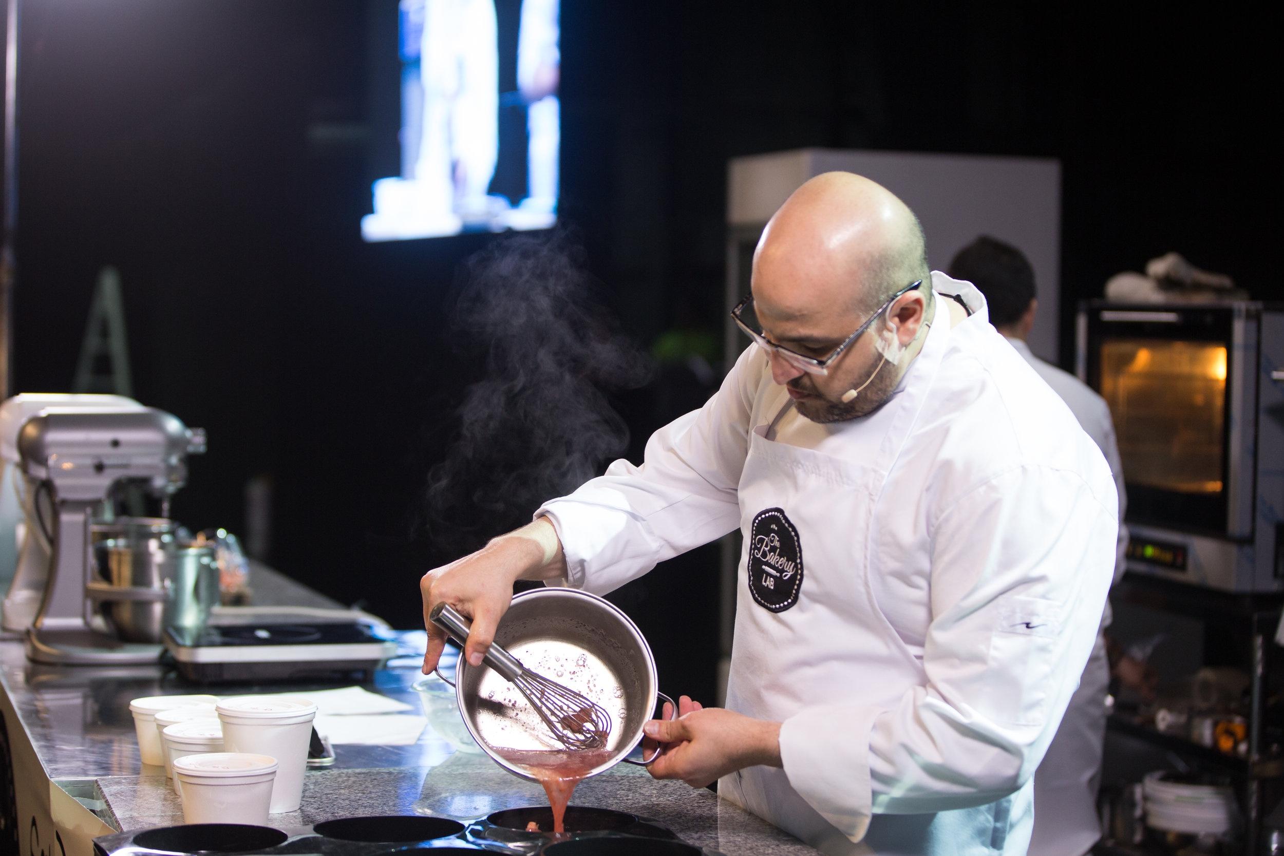Antonio Bachour - Reconocido mundialmente como el mejor pastelero en los Best Chef Awards. La revista 'Dessert Professional' lo incluyó en su TOP 10 de los pasteleros mas reconocidos en los Estados Unidos. Los postres de Bachour se han presentado en numerosas publicaciones de pastelería.