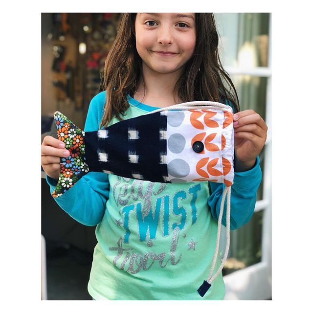 In the studio today this young lady finished her fish drawstring bag which is a free pattern from @cloud9fabrics. Extremely cute 🐠
