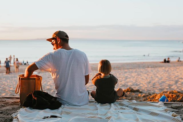 Local Tip // Got kids that would rather run around the beach than sit at a restaurant for dinner? Our tip, grab some burgers from @bettys_burgers or pizzas from @elcapitanonoosa and set up on main beach. The sunset is a little early these days, so you'll want to be down there about 5pm. Trust us, it's magic. Photo: @aimeedodgephotography aimeedodgephotography