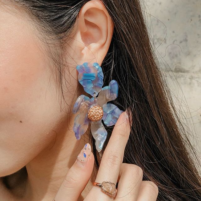 We're always receiving requests to bring back Mamacita and the mermaid squad has decided to grant your wishes! This beautiful iridescent blue flower is a MUST in your collection! . . 📷: @jujujucloe