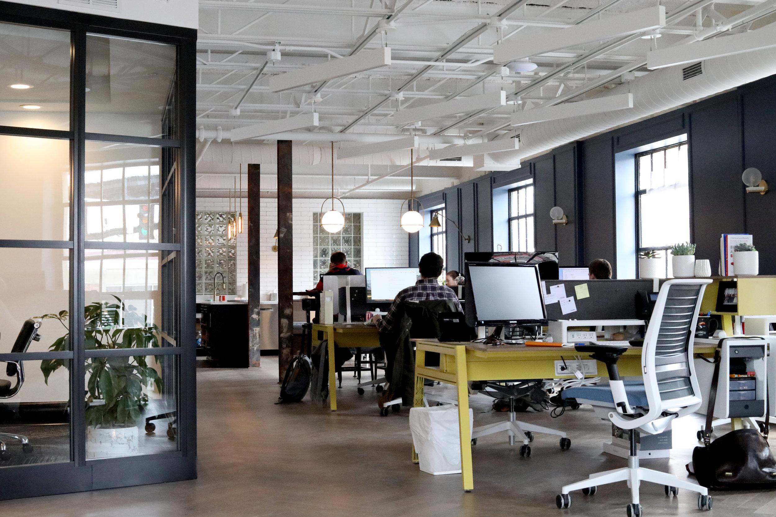 au travail - Pour améliorer la productivité des équipes, augmenter la satisfaction des collaborateurs et profiter d'un service de conciergerie de snacks sains sur mesure au meilleur prix.