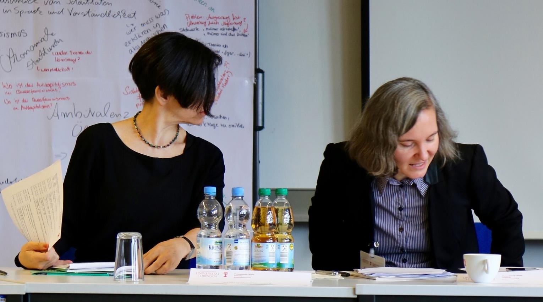 Franziska Rauchut stellt Prof. Dr. Hanna Hacker vor.