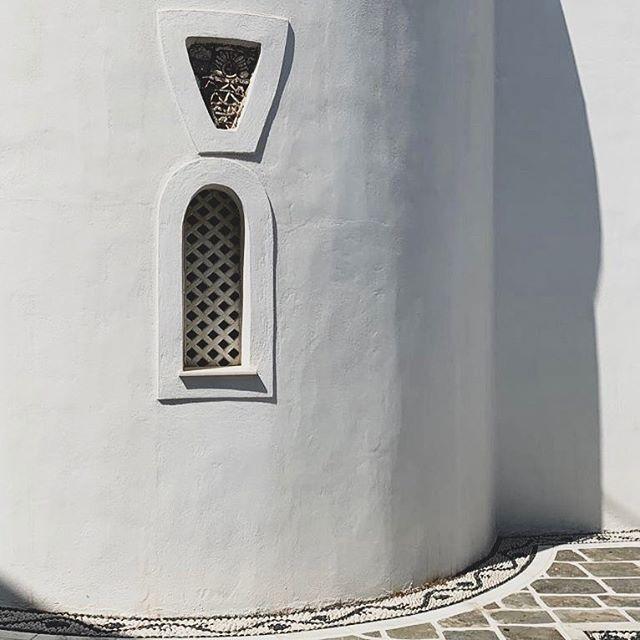 Minimalism in Milos