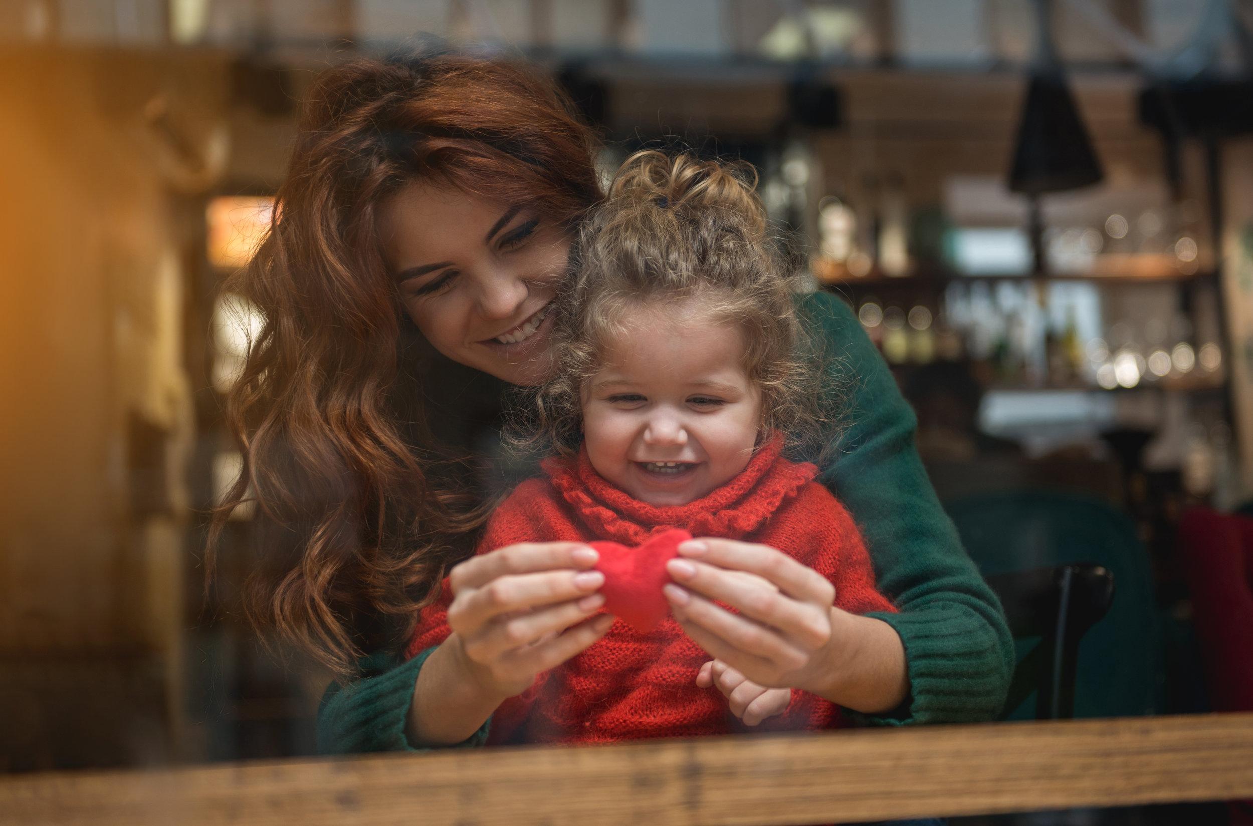 Une mère et sa fille vivent un moment de connexion.