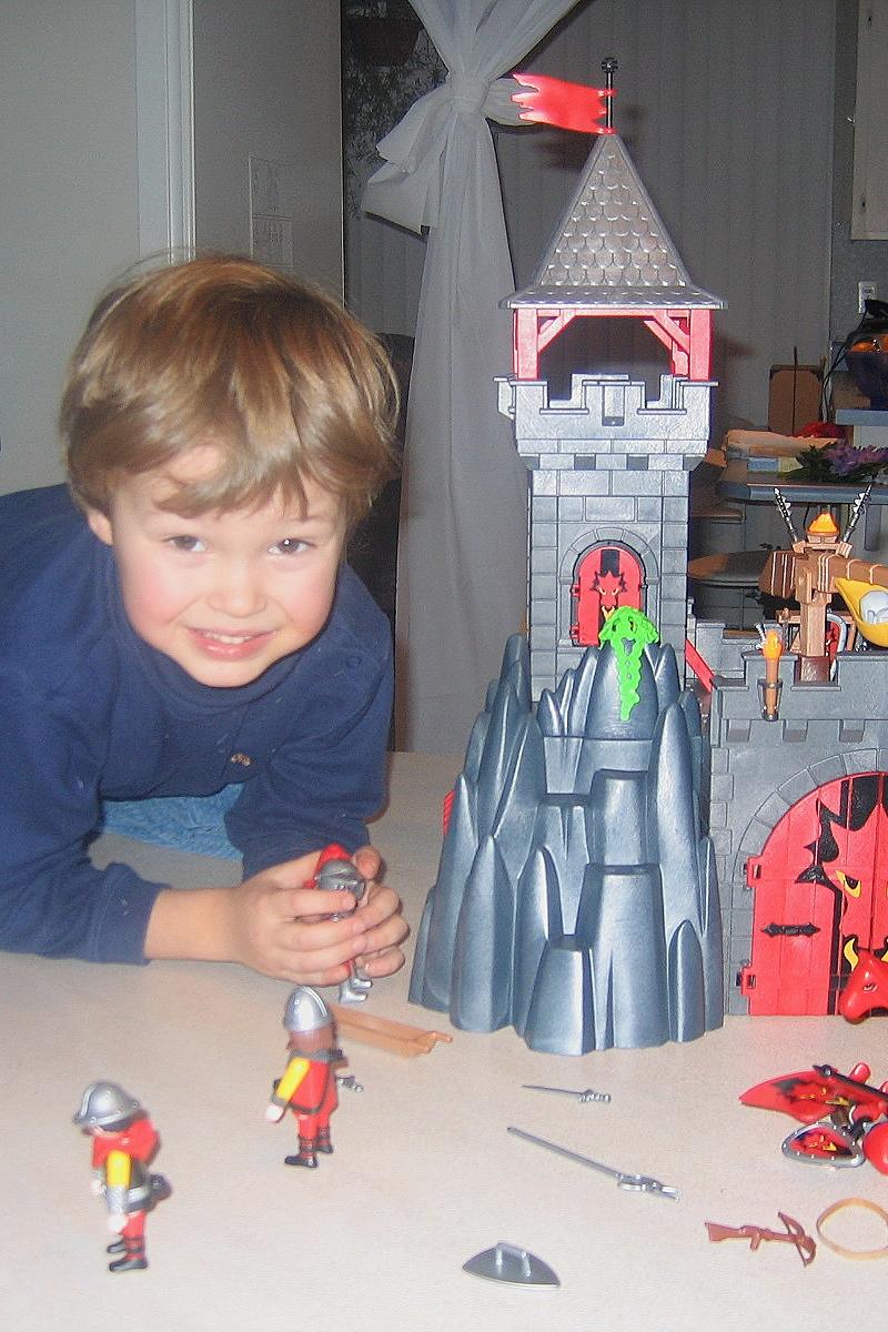 Léo adore les Playmobil 2005