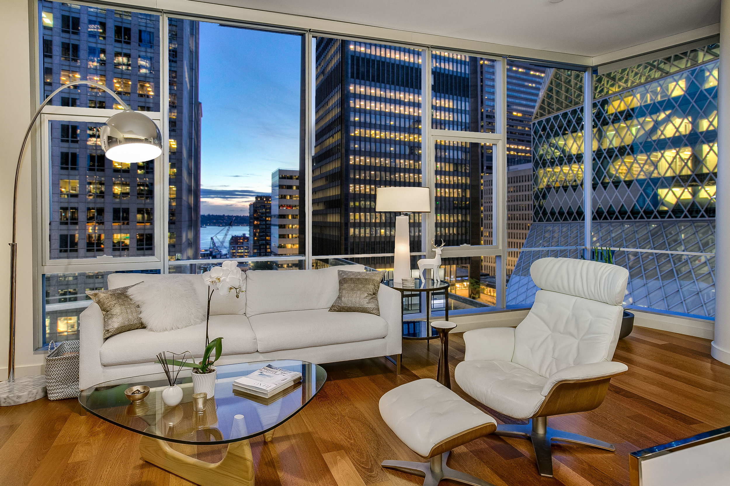Gemstone Reflections - Welcome to the vibrant downtown location of the coveted 5th and Madison building, situated across from the stunning Rem Koolhaus-designed Seattle Library. Live surrounded by the sparkle of the city reflected off the library's diamond facets.