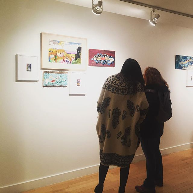 Admirers at the reception of Refigured: Glass. Paper. Thread. at the Hudson Guild. On view through Feb 22 / 441 W.26th Street NY, NY 10001 #rosemariebeck #kenkewley and #joliestahl @jolie_stahl