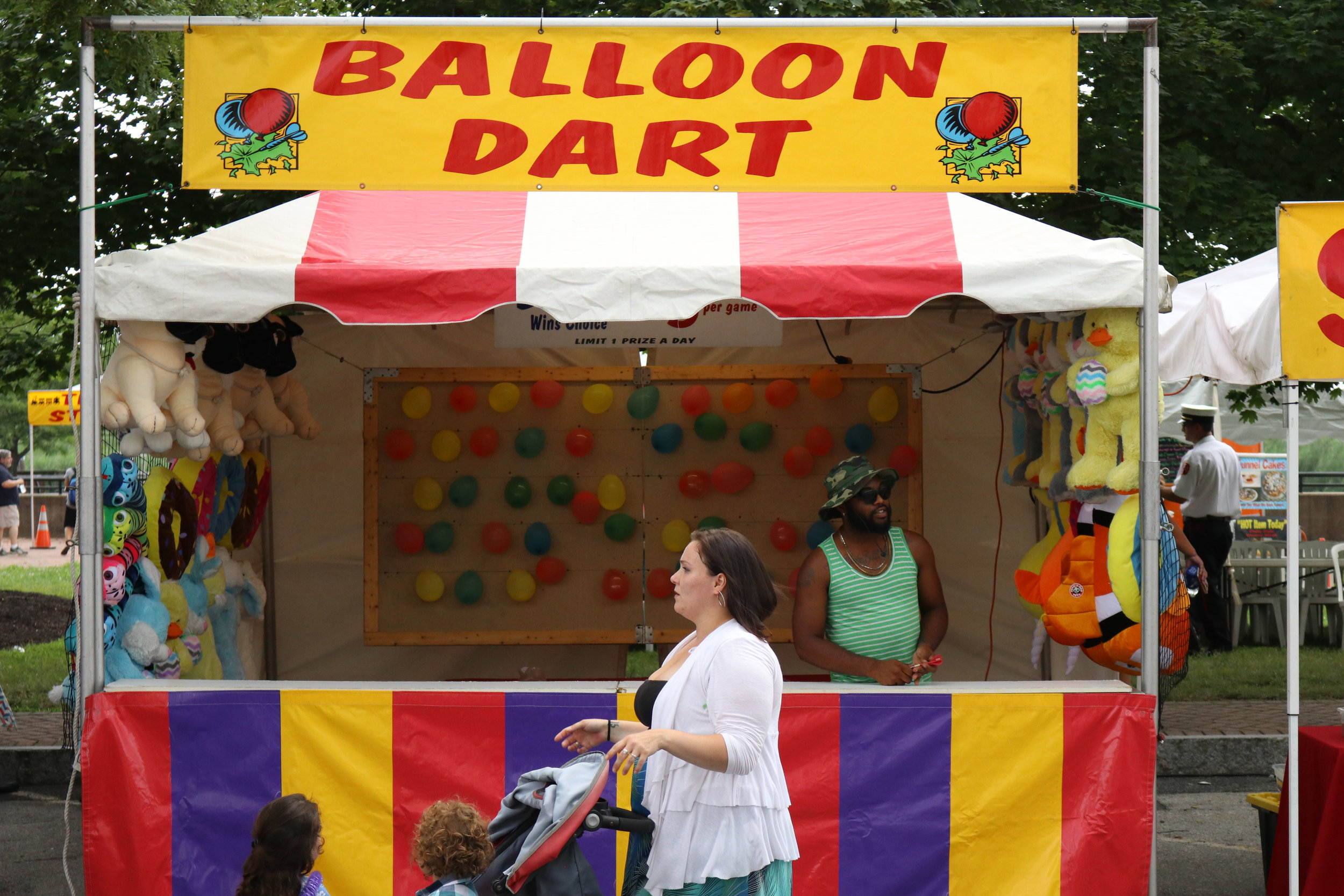 Ballon Dart - You've got aim! Pop 3 of these balloons and win a prize, but you gotta get 3!