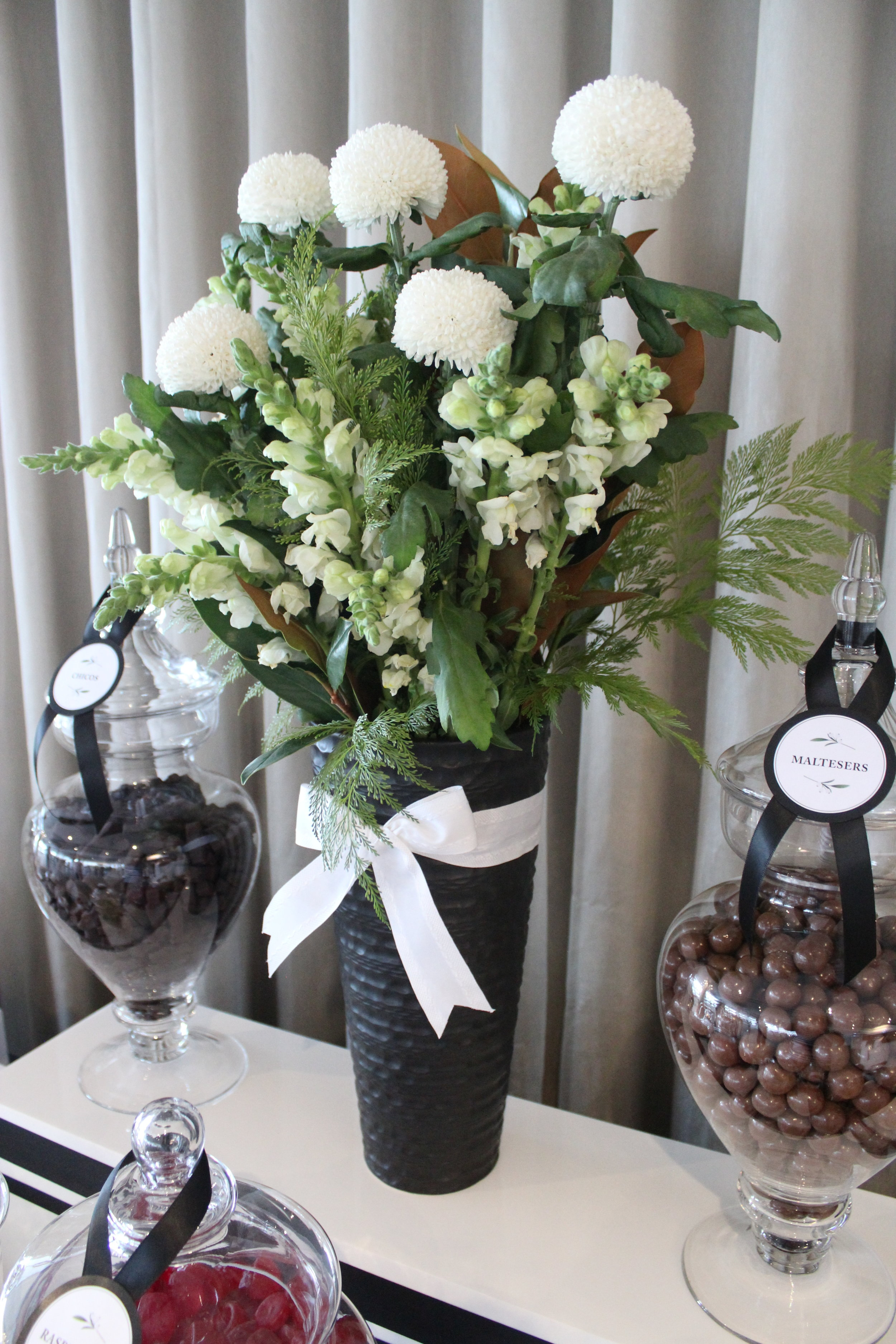 Black White Lolly Buffet Blackbird 7/10 - Chicos & Maltesers