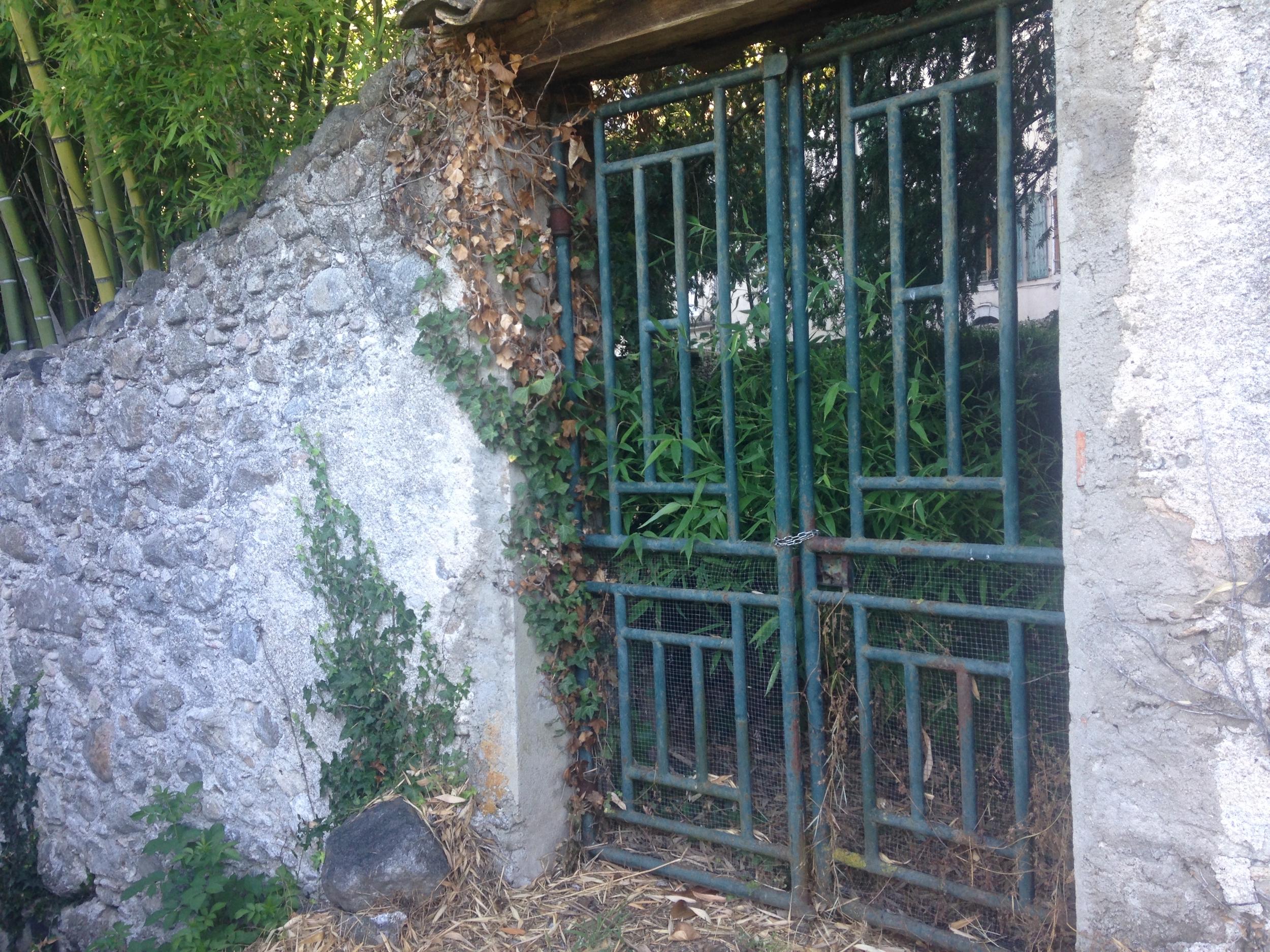 Garden gate on the debtors road near la filature.