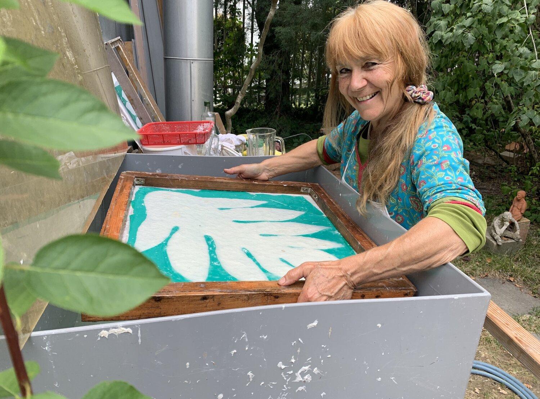 Marilou paper making in her garden in Geneva.