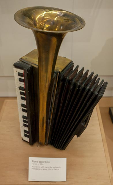 Piano_accordion_(c.1885),_France_-_MIM_PHX.jpg