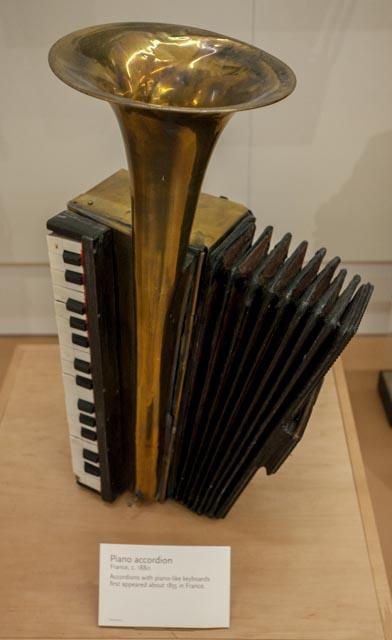 Piano_accordion_(c.1885),_France_-_MIM_PHX.jpg