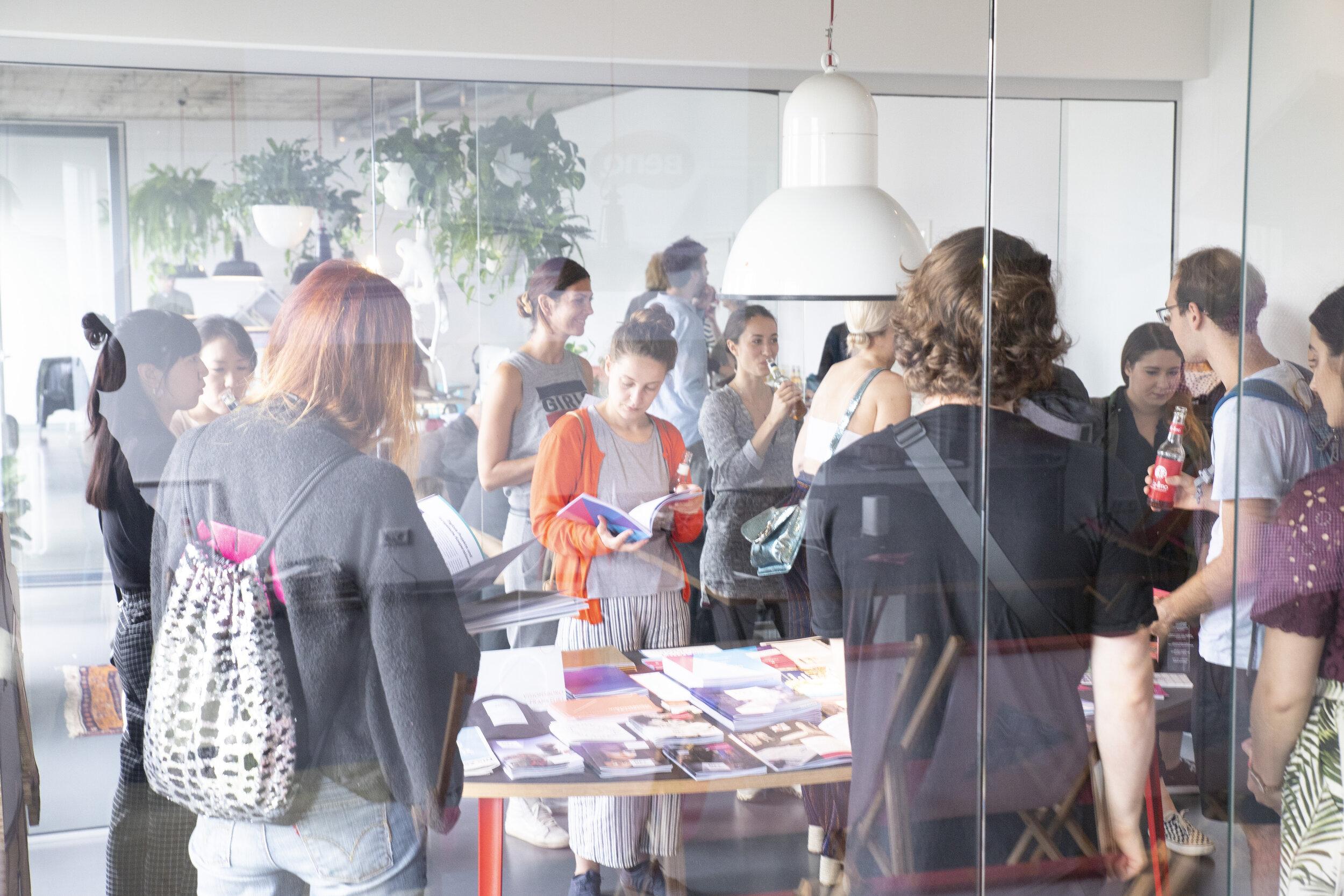 Initiative - Du würdest gerne bei Urban Media Project anfangen? Bei uns sind starke Initiativbewerbungen immer willkommen. Du gestaltest, hast ein Gespür für Strategie, Kundenbeziehungen und Arbeitsabläufe? Dann schicke uns dein Anschreiben mit den wichtigsten Fakten (was, wie, wann, wo und für wie viel) an Hanna Krüger: hk@urbanmediaproject.de