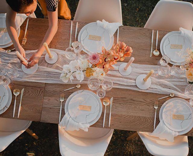 Un souper charmant avec la talentueuse @avodahliving dans le cadre de notre serre Mille & une fleurs? Tous les détails, vous les trouverez sur notre site milleetunefleurs.com/collaboration - 📷 @takeabreathphotography - #jardinfloral #milleetunefleurs #collaboration #localvaud #cuarnens #souperoriginal #serre #sumerfeeling