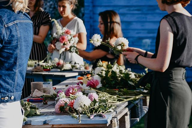 On vous a mis un peu l'eau à la bouche par nos derniers posts ? 😏  Inscrivez-vous à notre prochain atelier avec @avodahliving par le lien dans la bio. Il aura lieu le 5 OCTOBRE à 16h et en plus, vous profiterez d'un bon goûter aussi concocté par Eva, avec des produits locaux et de saison, pour passer un moment convivial et ralentir le temps d'un après-midi.  On se réjouit de vous y voir ! 😃🌿 #milleetunefleurs #cuarnens #atelierfloral #flowerworkshop #collaborationAvodah #slowliving