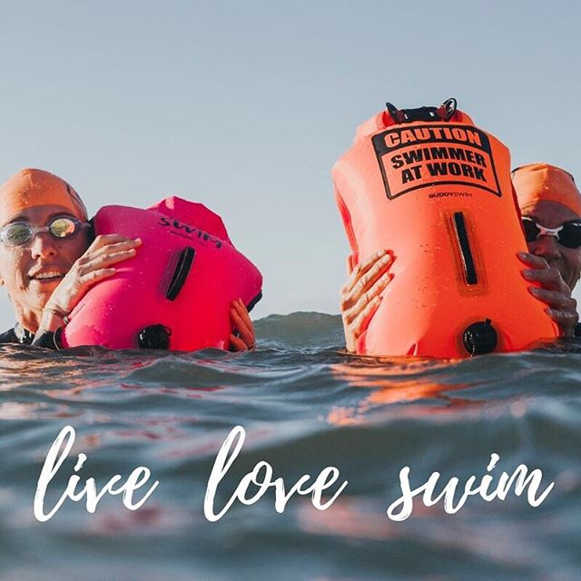 LIVE  LOVE  SWIM  Schwimmbojen Für Open Water Schwimmer, Triathleten, Schnorcheln oder SUP  Wasserdicht. In leuchtenden Farben. Mit fröhlichem Print.  Neben Wertsachen kannst Du so noch Kleidung mitnehmen und für Energieriegel oder Getränke ist auch noch Platz.  Schon von weitem zu erkennen, so dass Du sicher gehen kannst, nicht übersehen zu werden.  Ihre beiden Schwimmkörper bieten ausreichend Auftrieb, so dass Du Dich bei einem Krampf oder einer Pause ausruhen und treiben lassen kannst. Die ergonomischen Griffe erleichtern Dir das Festhalten an der Boje.  Sie besitzt zwei Luftkammern mit separaten Ventilen - falls eine Kammer Luft verlieren sollte, so ist immer noch eine Kammer zur Sicherheit mit Luft gefüllt.  Die Luftkammern lassen sich vor dem Schwimmen einfach mit wenigen Atemzügen aufpusten. Nach dem Schwimmen kannst Du die Luft leicht wieder durch die Ventile herausdrücken.  #openwaterswimming #openwater #openwaterswim #openwaterswimmer #triathlon #triathlontraining #lovetoswim #triathlonlifestyle #freiwasser #freiwasserschwimmen #freiwassertraining #tri #triathlete #swimming #buddyswim #schwimmboje #swimsafe #triathlontraining #see #fluss #meer #standuppaddling #sup #standuppaddle #mainsup #suplife #standuppaddling #flussschwimmen #watersports #limmatschwimmen
