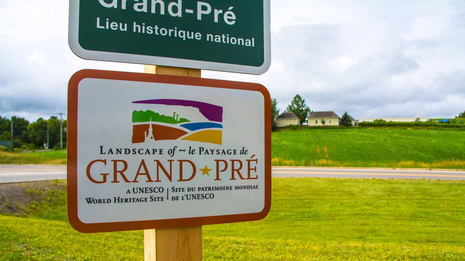 BILINGUAL WORDMARK Unique challenge: to create an efficient bilingual word mark. A star stands in for the hyphen used only in French, while also symbolizing the significant Acadian heritage of Grand Pré.