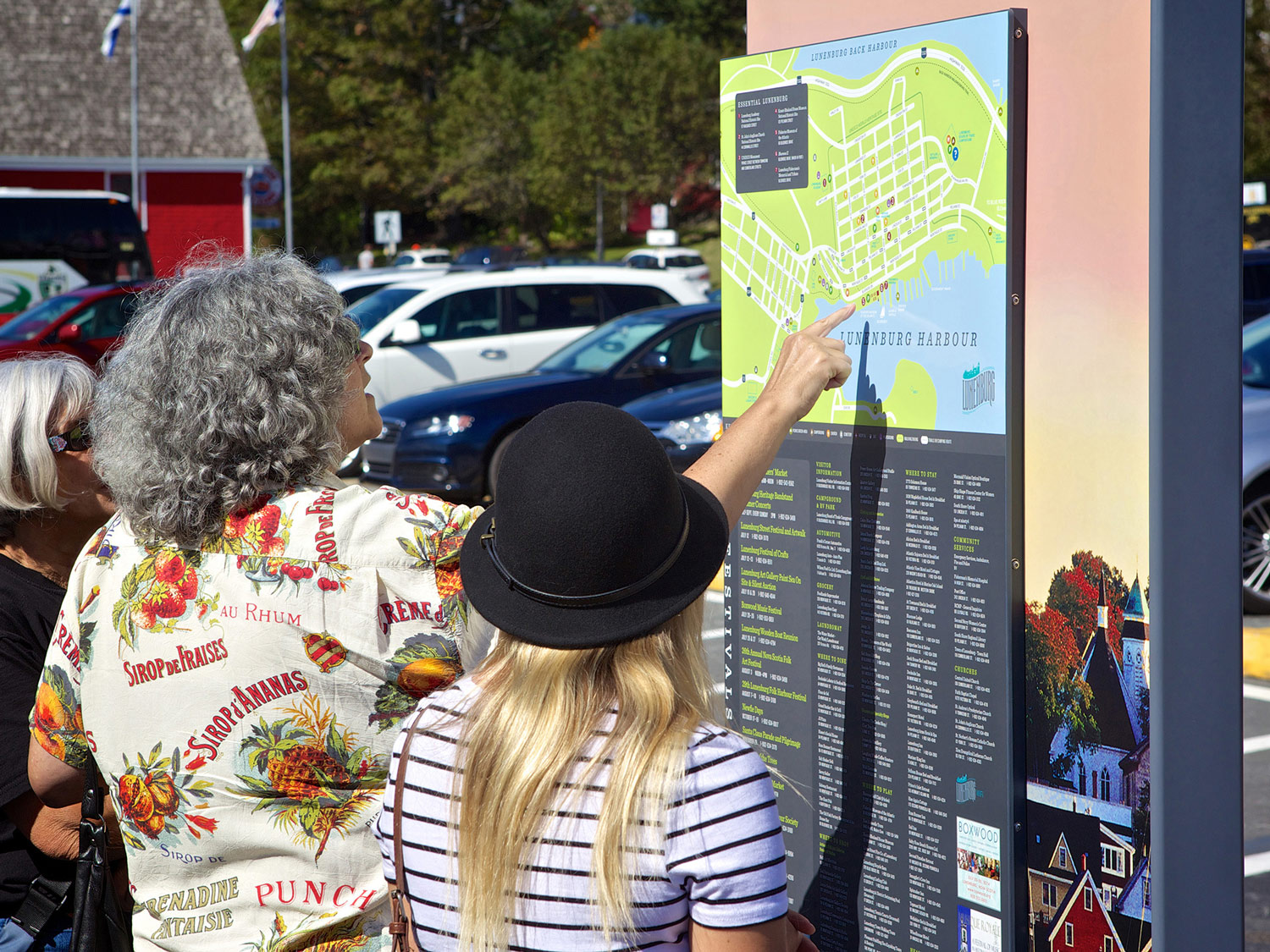 UPDATED ANNUALLY Map kiosks sited in open areas give an overview of the town and communicate events and amenities. Printed maps use similar artwork.