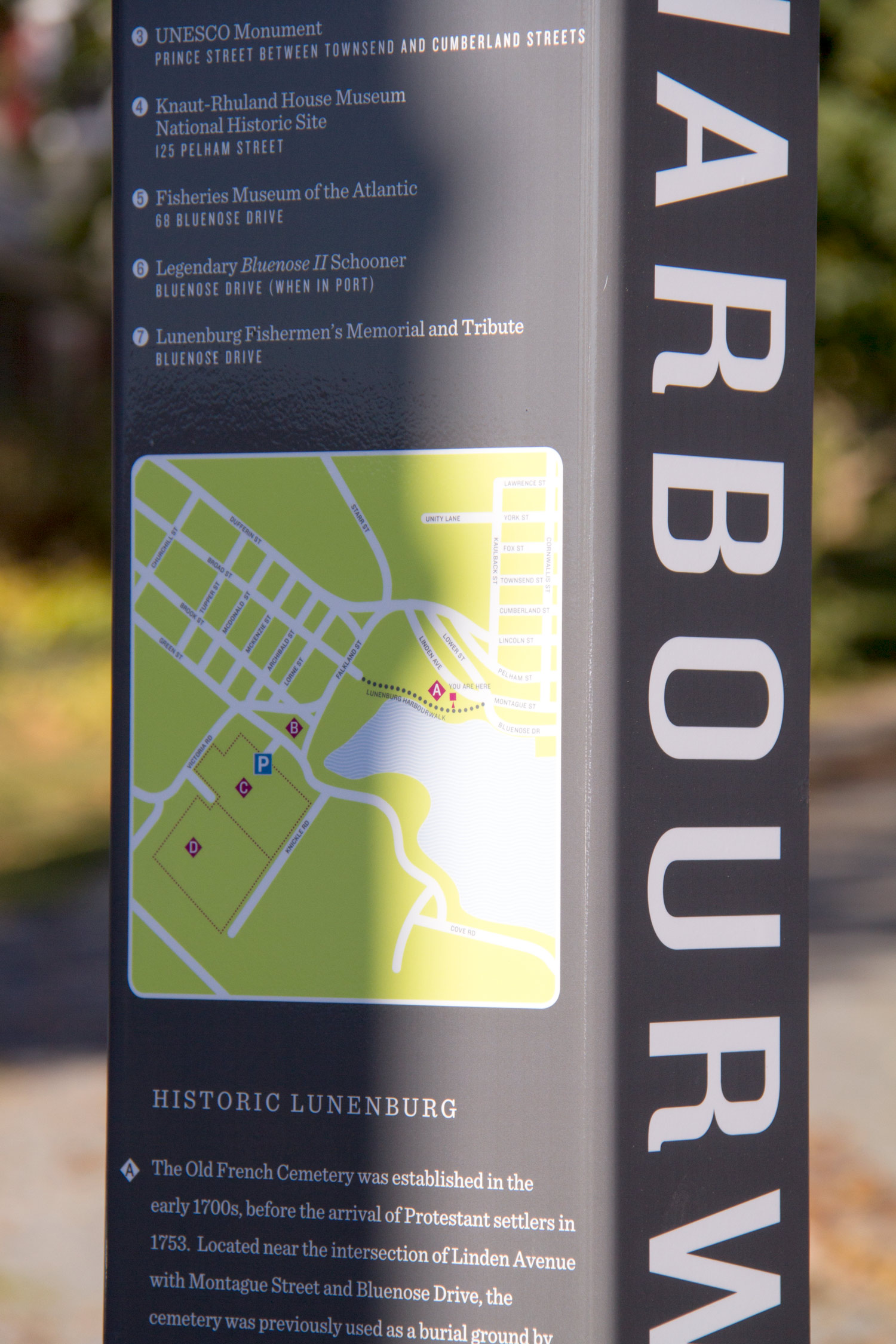 ENCOURAGING WALKING Customized maps show important stops within a few minutes' walk, while interpretive text introduces visitors to the Lunenburg story, building on the UNESCO World Heritage Site's strong historic brand.