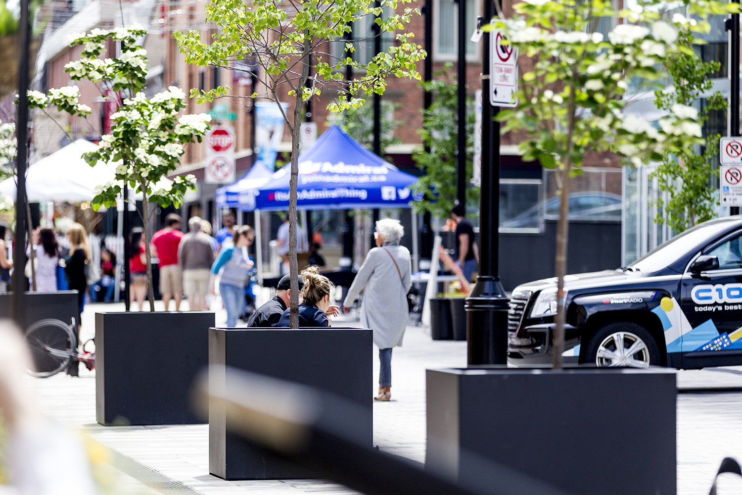 On weekends throughout the summer the street closes to vehicular traffic, allowing for pedestrian friendly events.
