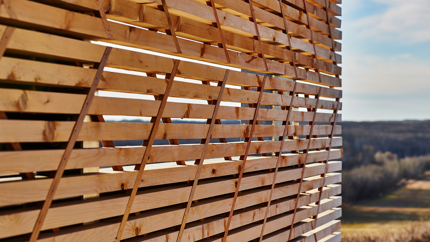 Wooden slats with battens at 45° not only provide structure, but also reference the ceinture fléchée, the traditional sash of the Métis Nation.