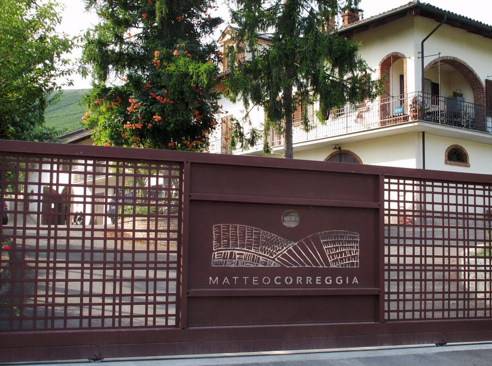 Lentrata-presso-la-cantina-Correggia-sm.jpg