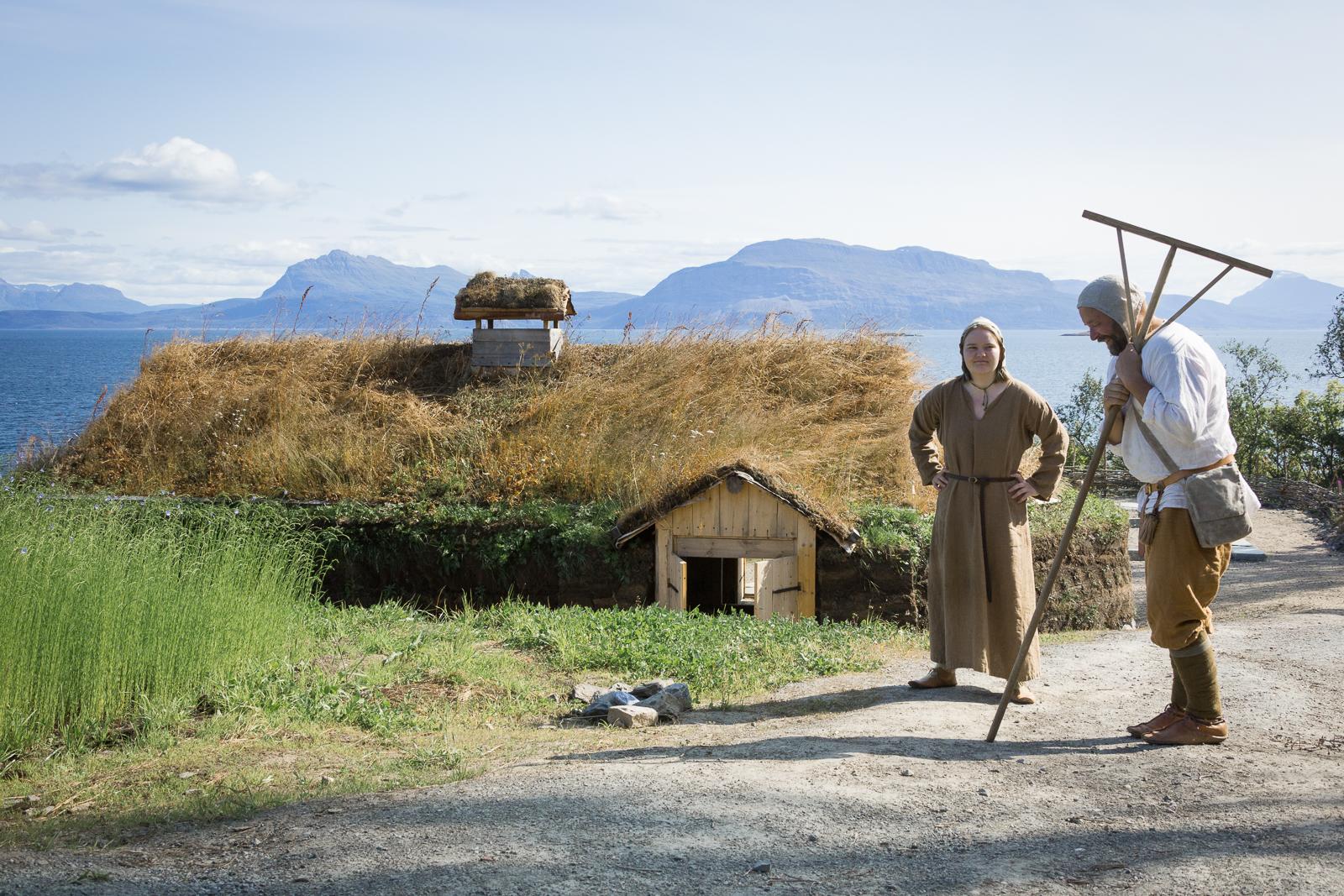 Drengen Halte-Haldor og tjenestejenta Frøydis legger planer for dagen.