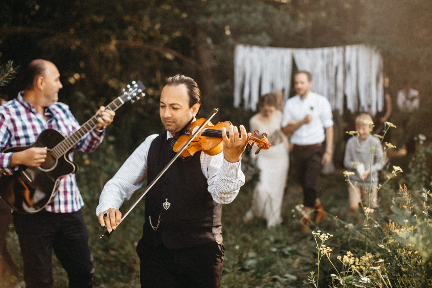 artist performing live music for the couple