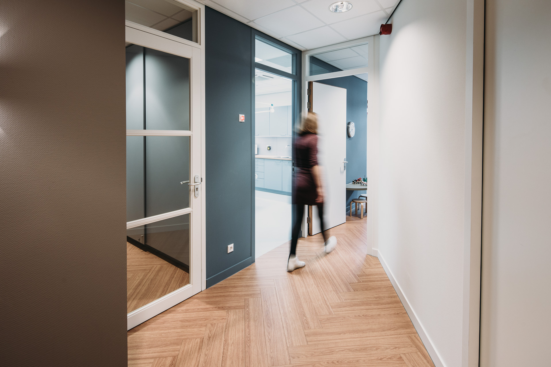 Groepspraktijk stolwijk - Eind 2016 werd deze nieuwe huisartsenpraktijk met apotheek in Stolwijk opgeleverd. Door de aangebrachte scheiding tussen de 'drukke patiëntenzone' en 'rustige werkzone', met de wachtruimte als schakel, is een prettige werkomgeving voor de medewerkers ontstaan.