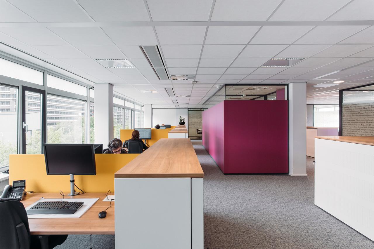 KNB - Voor de KNB heeft LISA een activiteitgerichte werkomgeving ontworpen, gebaseerd op een flexibel vlekkenplan. Open en dichte ruimten worden afgewisseld, waarin men elkaar ontmoet, geconcentreerd kan werken of overleggen.
