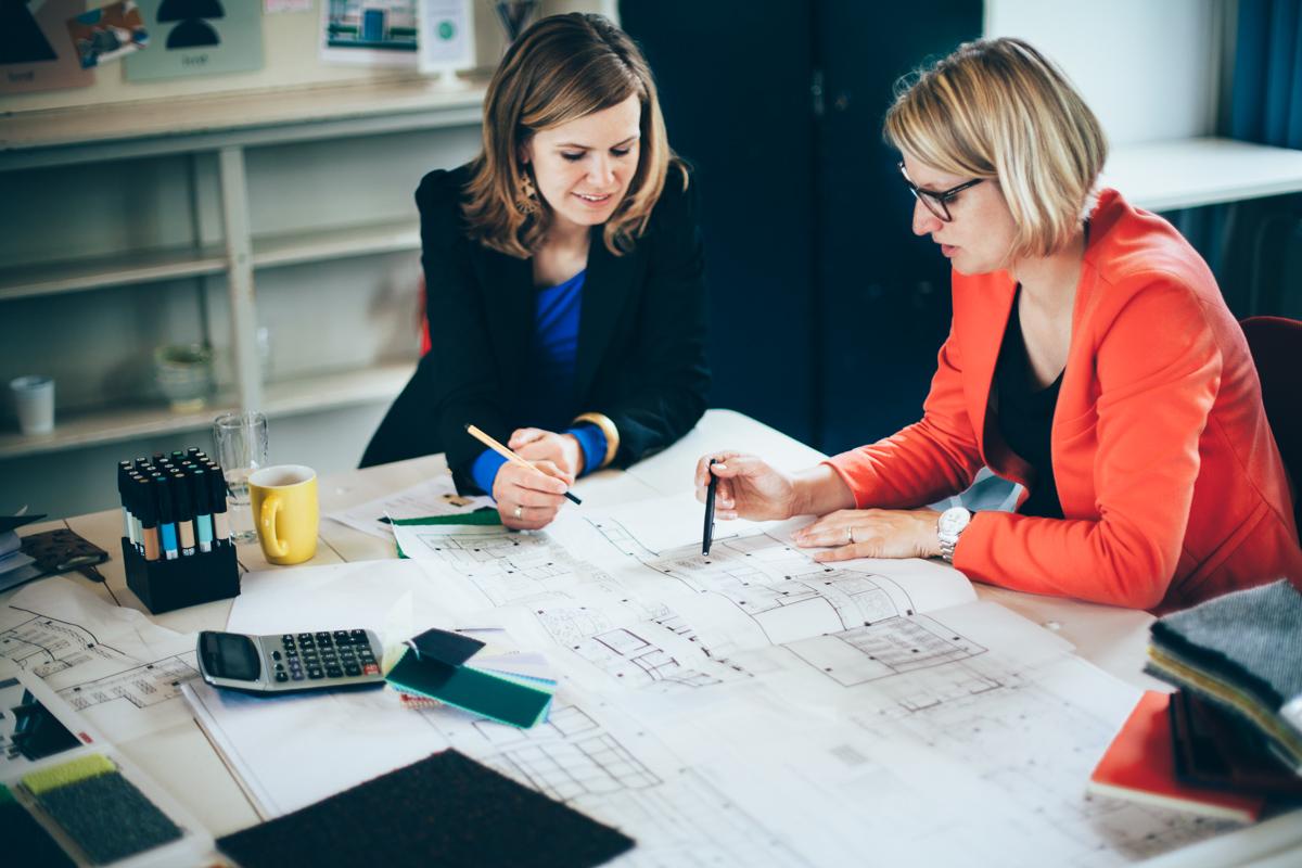 Hoe ontwerp je een happy workplace? - Het 1e niveau van werkgeluk is PLEZIER. Voor ons betekent plezier in een kantoor 'keuzevrijheid', dus zelf kunnen kiezen waar je gaat werken! Daarom creëren we verschillende typen werkplekken met diverse privacyniveaus. Op die manier kun je je werkplek afstemmen op jouw activiteit en gemoedstoestand.Er is meer nodig dan inrichting om een fijne werkplek te maken. BETROKKENHEID van het hele team is de sleutel tot een geslaagd nieuw werkconcept. Door middel van diverse workshops bereiden we uw organisatie voor op de aanstaande veranderingen!Het hoogste niveau van geluk is BETEKENIS; Waar doe je het voor? Het is voor medewerkers en klanten belangrijk om te voelen en te zien waar uw bedrijf voor staat. In het nieuwe interieur maken wij uw unieke bedrijfs-DNA zichtbaar!