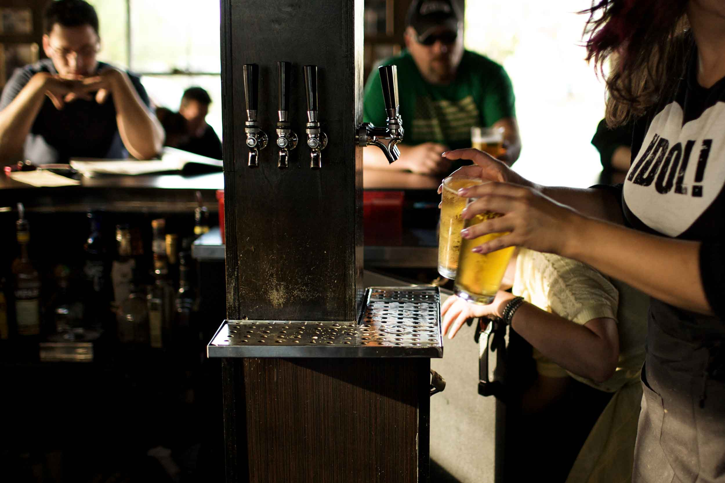 hudson-restaurant_pulling-some-beers.jpg
