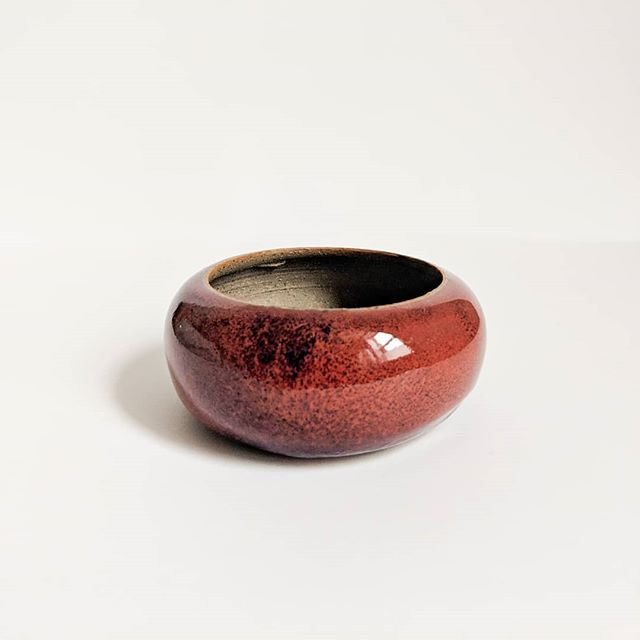 Most of the time it's my jokes that make people see red, but sometimes it's the stuff I make. This nice red bowl would be a great gift for that special person in your life that's really easy to make fun of but that you also really like somewhere deep down. Remind them that you really do care this holiday season.  Or keep it for yourself. #linkinprofile . . . . . #ceramics #sundaybrunchpottery #craft #shoplocal #bostonmakers #maker #potter #pottery #style #decor #anthropologie #housewares #kinfolk #craft #livefolk #handmade #instamaker #madebyhand #kinfolkhome #creative #instacraft #makersgonnamake #shopsmall #liveauthentic #smallbusiness #shophandmade #etsy #homedecor #slowliving