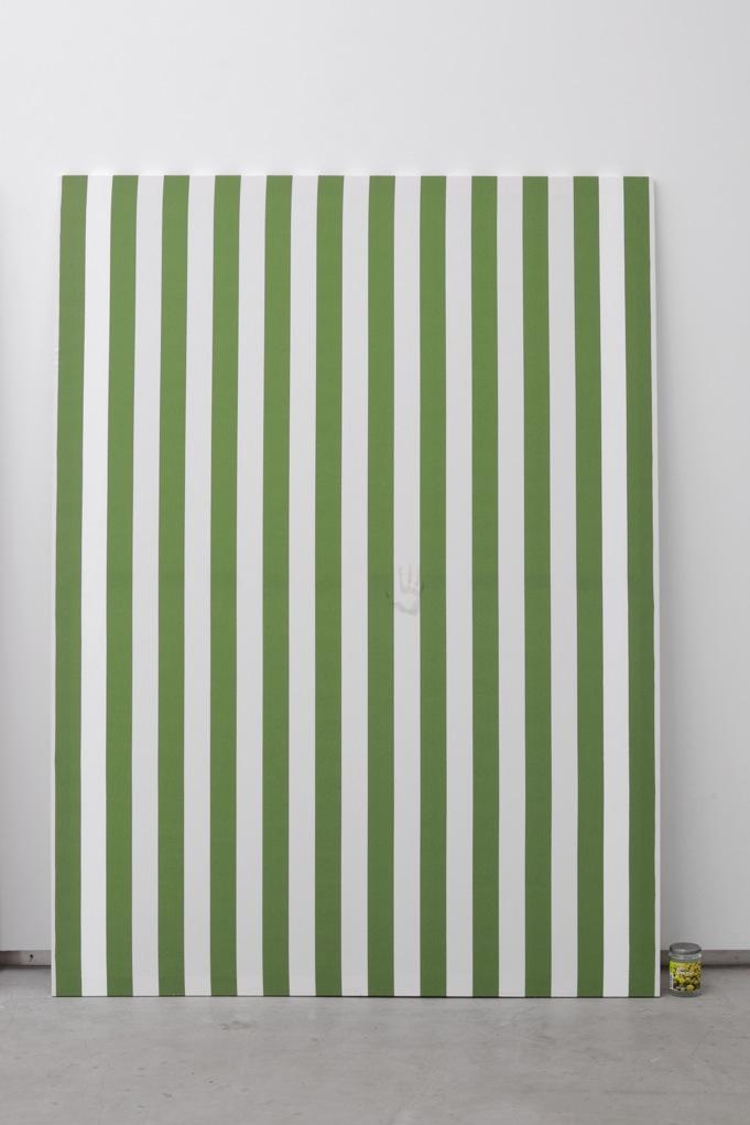 Jacques André , Nicole I (Peinture et pot de confiture) , 2013, Peinture acrylique blanche sur toile de coton à rayures blanches et vertes, alternées et verticales de 6 cm de large chacune, empreinte de confiture de groseille a maquereau  Peinture: 190 x 140 cm  Pot de Confiture : 11,5 x 7,5 cm