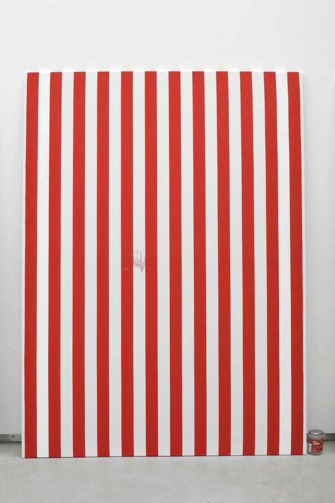 Jacques André,  Nicole II (Peinture et pot de confiture) , 2013, Peinture acrylique blanche sur toile de coton à rayures blanches et rouges, alternées et verticales de 6cm de large chacune, empreinte de confiture d'airelles  Peinture: 190 x 140 cm  Pot de Confiture : 11,5 x 7,5 cm